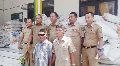 Sekda dan pejabat Bagian perekonomian usai membongkar raskin di Gunung Baringin