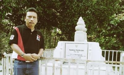 Dahlan Batubara, Pemimpin Redaksi Mandailing Online di depan makam Tuanku Tambusai