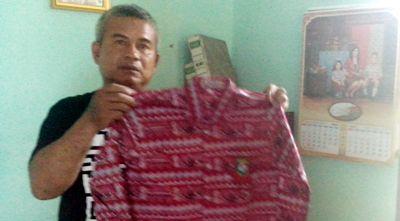 Husein memamerkan pakaian batik motif Mandailing