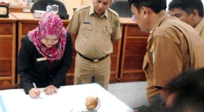 Ketua DPRD Madina Leli Hartati menandatangani SK penetapan Zubeir Lubis