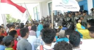 Massa IMMAN dan SIMMAK di halaman kantor bupati Madina