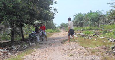 Sejumlah warga SP 2 Singkuan diperjalanan menuju pemukiman