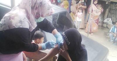 Seorang wanita mendapatkan suntikan vaksinasi di Desa Pagur