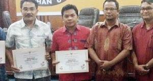 Ketua KPU Madina, Agussalam Nasution (kedua dari kiri) usai menerima piagam penghargaan