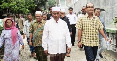 Ketua Komisi III DPRD Madina Erwin Nasution bersama tokoh Desa Hutarimbaru meninjau lokasi sumber air bersih
