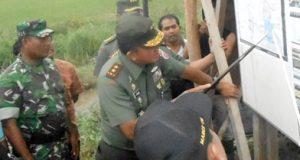Pangdam I Bukit Barisan, Mayjen TNI Lodewyk Pusung mengamati peta areal