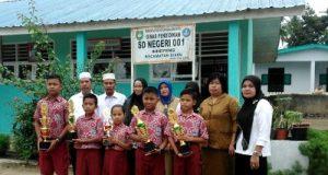 Para pelajar berprestasi dan guru serta kepala sekolah SD Negeri 001 Sihepeng