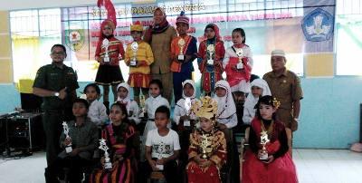 Para pelajar dari sejumlah sekolah dasar di Kecamatan Siabu usai menerima piala di tingkat kabupaten