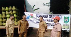 Pihak Pemkab dan agen gas dalam operasi pasar gas LPJ 30kg di Kayujati, Panyabungan