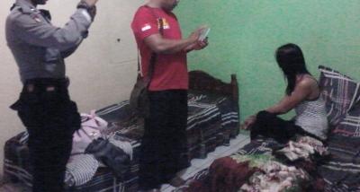 Seorang yang diduga pelacur saat terjaring di kamar hotel di Panyabungan