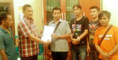 Aktivis ARPM menyerahkan dokumen pengaduan kepada pihak Kejaksaan Agung di Jakarta