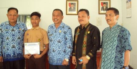Dari kiri, Sekretaris Dinas Pendidikan Madina, M.Yasir Lubis; Jakfar Lubis, Sekda Madina, Syafei Lubis; Kepala SMKN 2 Panyabungan, M.Husin Harahap; guru pembimbing Suharta Sikumbang.