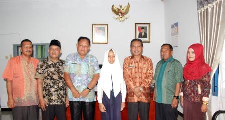 Fitrah Suryani Nasution (jilbab putih)