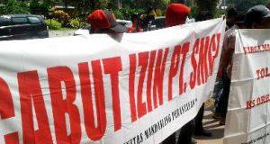 KMP memajangkan spanduk saat demo di Kementerian ESDM, Jakarta