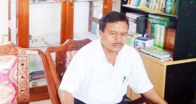 Kepala SMA Negeri 2 Siabu, Rusdin Rambe  di ruang kerjanya