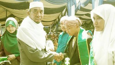 Mudir Musthafawiyah, H.Musthafa Bakri Nasution menyerahkan izajah kepada santri yang lulus