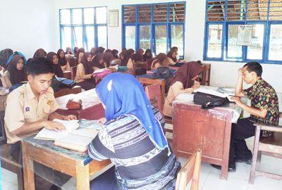 Pelajar SMA Negeri 3 sedang membaca Al-Quran di hadapan guru
