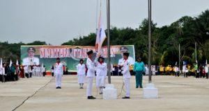 Sejumlah pelajar menaikkan bendera dalam pembukaan Pospedasu di Tapian Siriri, Panyabungan