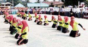 Sekitar 30 guru di Kotanopan membawakan tarian