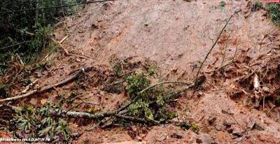 Tanah longsor menutupi badan jalan (ilustrasi)