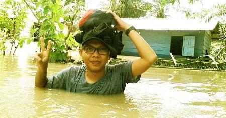 Wartawan Metro Tabagsel di lokasi banjir