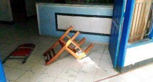 Dua kursi tergeletak diantara pecahan kaca akibat aksi ngamuk para pegawai di Disperindag Madina