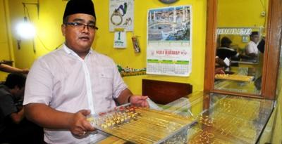 Hidayat Harahap di toko emas Najla Harahap