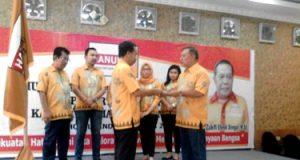 Imron Lubis menerima dokumen dari pimpinan DPD Hanura Sumut
