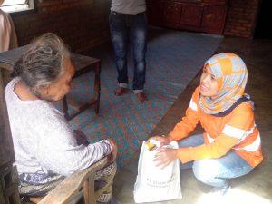 Perwakilan PT.SMGP saat memberikan paket sembako kepada salah satu lansia di Kelurahan Tanobato Kec. Panyabungan Selatan
