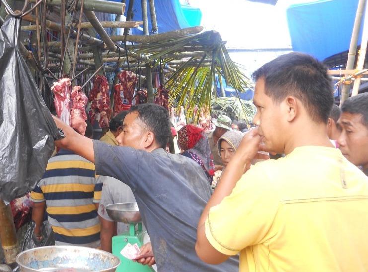 Salah seorang pembeli saat membeli Daging di Pasar Baru Panyabungan