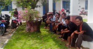Sejumlah kepala desa di halaman Bagian Tata Pemerintahan Pemkab Madina