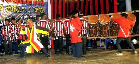 grup Gordang Sambilan dari Pidoli Dolok pada festival Gordang Sambilan di Panyabungan tahun 2012 (fotografer: Dahlan Batubara)