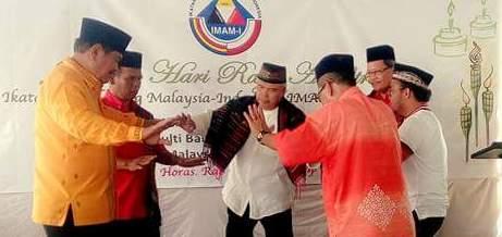 Presiden IMAMI Malaysia, Dato Tamimi Siregar dan Presiden IMAMI Indonesia Aswin Efendi Siregar serta beberapa etnis Mandailing Malaysia manortor di jamuan Aidilfiri, Malaysia