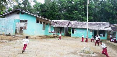 Sejumlah murid bergembira di halaman SDN 166 Purba Lama. Para orangtua mendesak pemerintah daerah melakukan rehabilitasi gedung sekolah itu.
