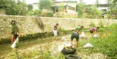 Aktivis kelompok pecinta alam Madina sedang membersihkan Sungai Aek Mata