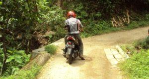 Oji Nasution melintasi jembatan Desa Pastap