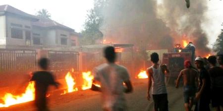 Warga Pasar Hilir Panyabungan berlarian panik karena api bergerak cepat merembes ke rumah-rumah penduduk