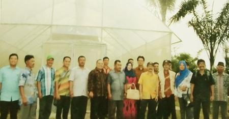 Tim LPPM IPB, kadis Pertanian Madina, ketua KTNA Madina, petani foto bersama di secreen house Desa Hutatinggi