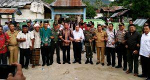 pejabat Pemkab Madina, Tapsel, TNI, polisi, tokoh agama Islam, tokoh agama Nasrani foto bersama di Desa Pardomuan sehari setelah peristiwa amuk massa
