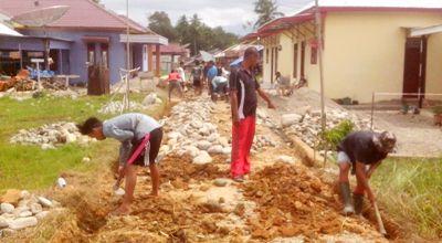 sejumlah pekerja sedang menggali pemasangan fondasi jalan
