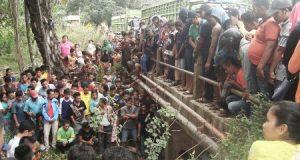 warga ramai-rami melihat mayat di goni di bawah jembatan Desa Ampolu, Sosa, Palas