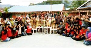 grup marching band SMA Negeri 1 Kotanopan foto bersama dengan pihak sekolah dan masyarakat