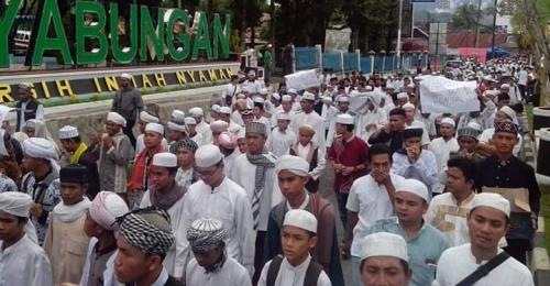 massa santri dan berbagai organisasi muslim saat tiba di taman Panyabungan dalam  unjukrasa mendesak Ahok diadili