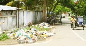 Satu beca bermotor melintasi tumpukan sampah di Jl. Sutan Soripada, Panyabungan