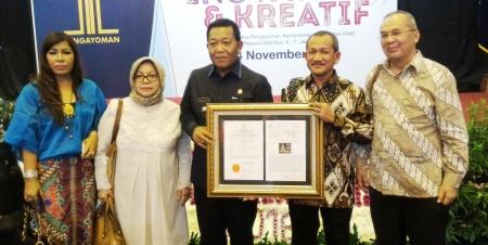 Bupati Madina dan Ketua MPIG didampingi tokoh perantau Mandailing memperlihatkan sertifikat hak paten usai diserahkan pemerintah
