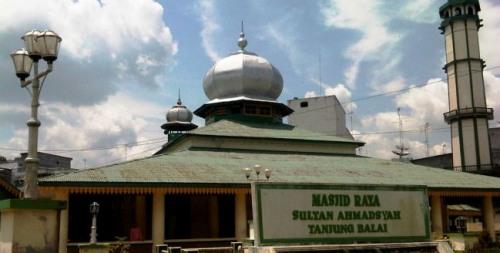 Masjid Sultan Ahmadsyah di Tanjung Balai. Di depan bangunan masjid terdapat sebuah kuburan massal. (foto : Wan Ulfa Nur Zuhra)