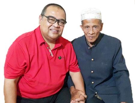 Dato Mohd. Shuhaili bin Mohd. Taufek Nasution bersama pamannya Burhanuddin Nasution di Sipolu-polu,  Panyabungan