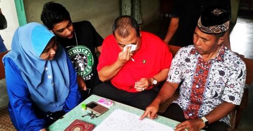 Dato Mohd. Shuhaili bin Mohd. Taufek Nasution menangis melihat stambuk susur keluarganya di Hutapungkut Jae