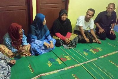 Puan Nurmah Binti Mahiran Batubara saat berbincang dengan sepupunya Arman Batubara di Desa Tangga Bosi
